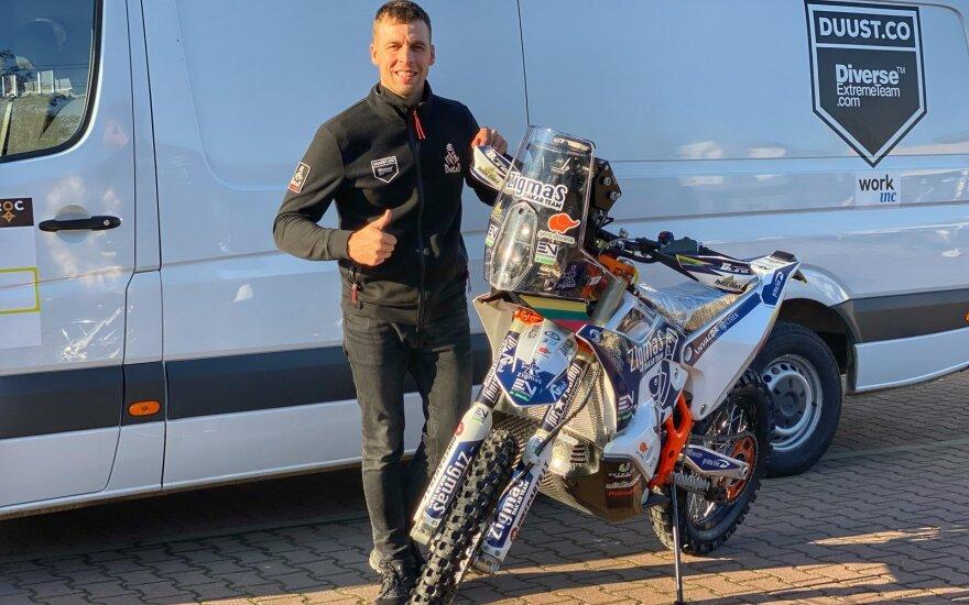 Arūnas Gelažninkas išgabena Dakaro techniką iš Lietuvos