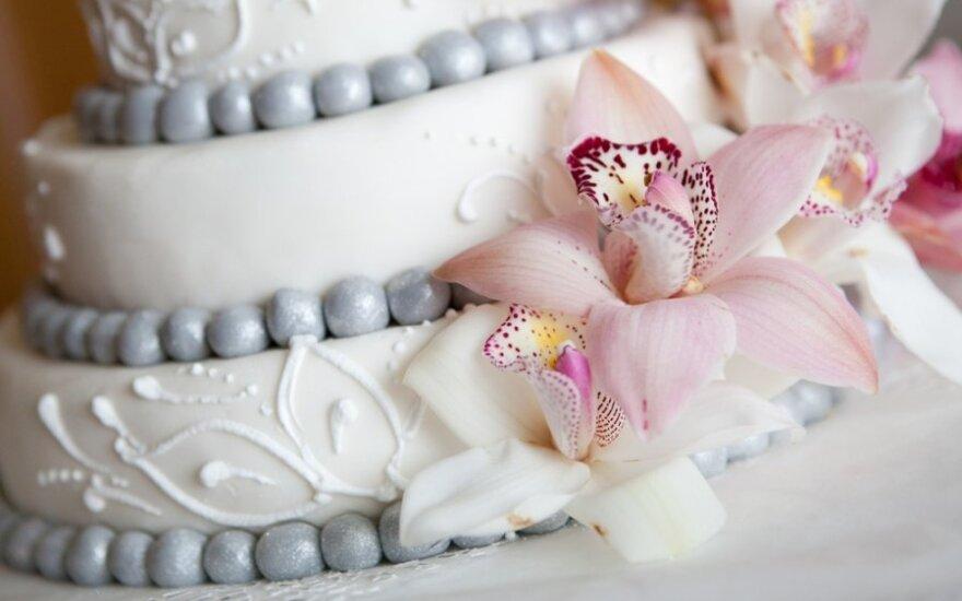 Vaikas prarijo vielą, kuria buvo papuoštas tortas