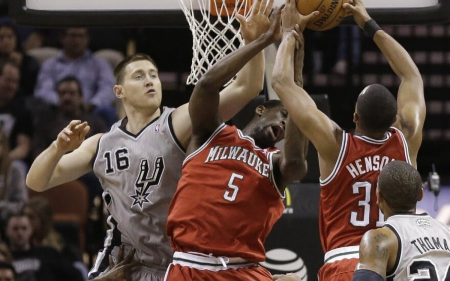 """Aronas Baynesas (""""Spurs"""") kovoja gynyboje"""