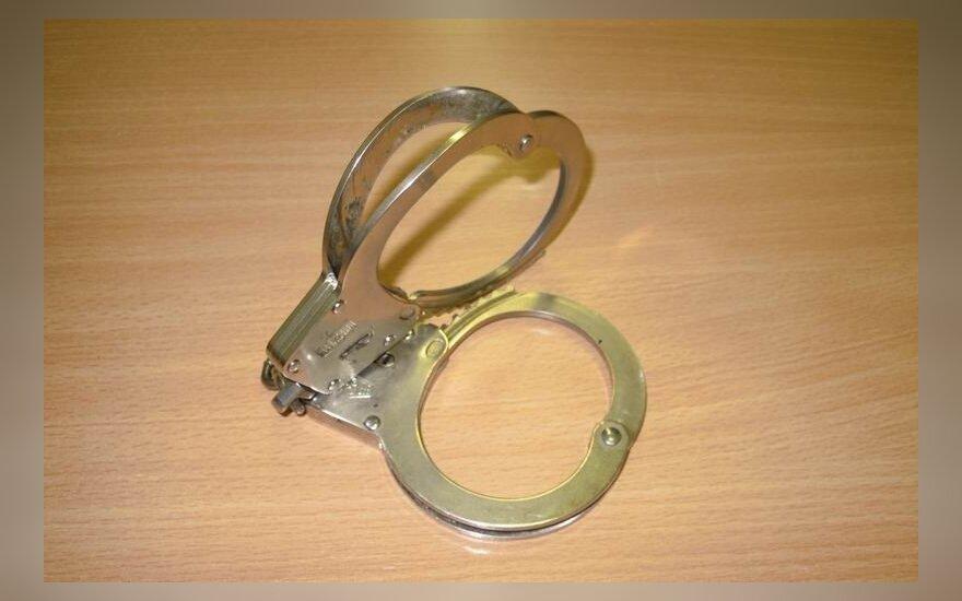 Suimtasis teisme bandė įkąsti policininkui ir sugadino antrankius