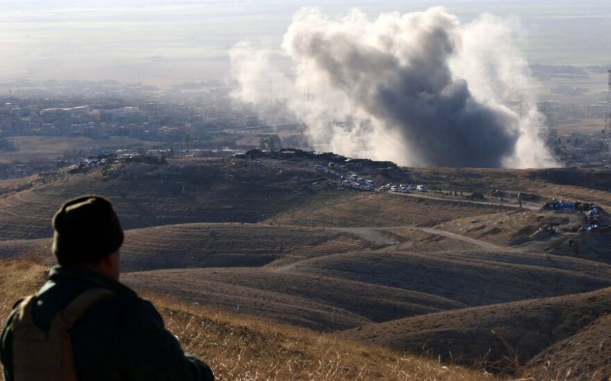 """JAV pradėjo tiekti ginklus su """"Islamo valstybe"""" Sirijoje kovojantiems kurdams"""