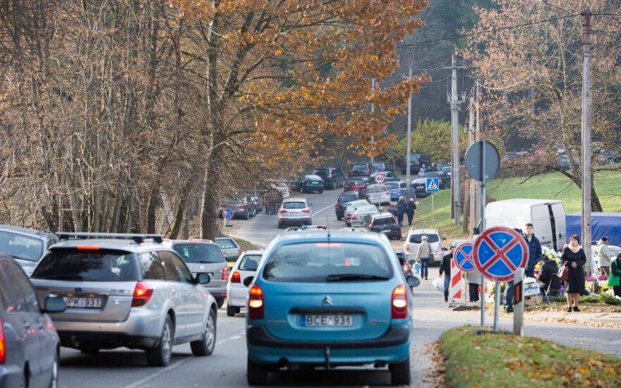 Įspėjimas vairuotojams: per Vėlines keisis eismas aplink kapines