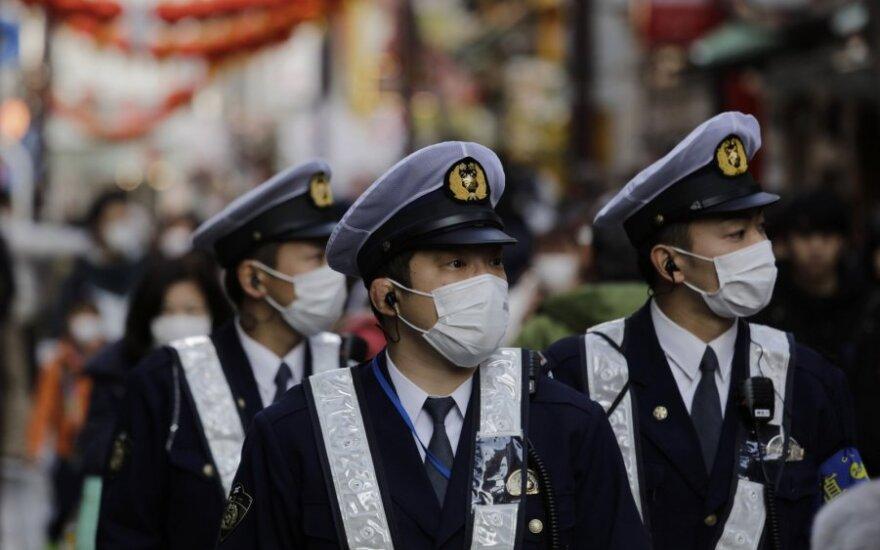 Kinų policininkai saugosi nuo koronaviruso