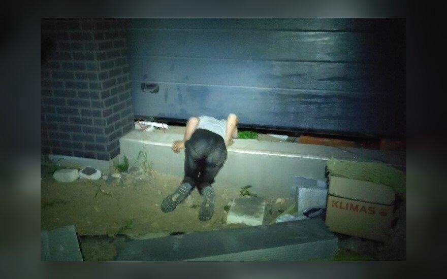 Pakeliami garažo vartai prispaudė jaunuolį, jis tikino naktį statybvietėje ieškojęs kačiuko