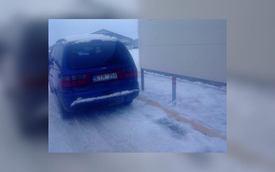 Radviliškyje, prie PC IKI, Gedimino g. 31B. 2009-12-24, 14 val.