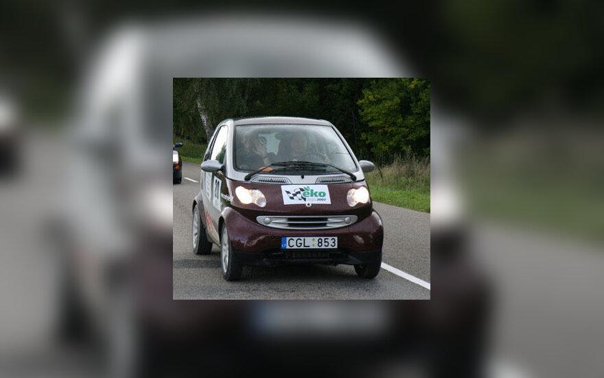 """Automobilių ekologinio žygio nugalėtojas """"Smart Fortwo"""" ekipažas"""