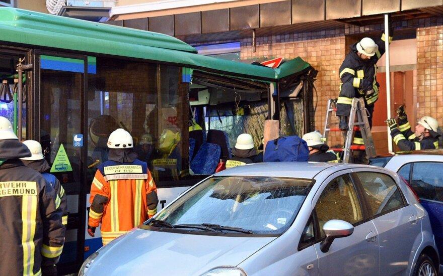 Vokietijoje mokyklos autobusas rėžėsi į namą