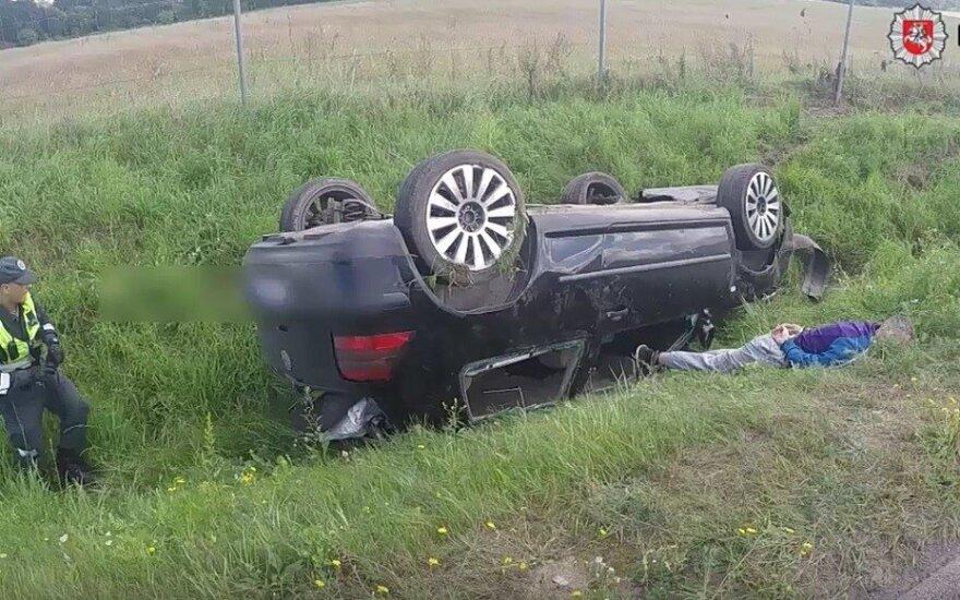 Nuo narkotikų apsvaigęs vairuotojas nulėkė į pievą visai netoli jo laukusių pareigūnų