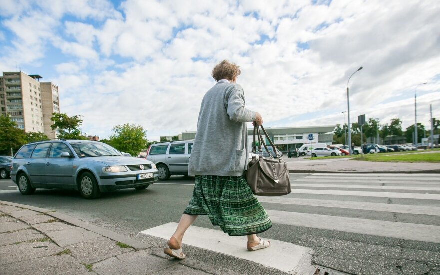 Sostinės pareigūnai ieško, kas perėjoje pervažiavo moteriai pėdą