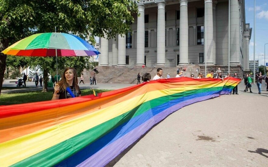 Tik 15 proc. lietuvių pritaria tos pačios lyties asmenų santuokoms