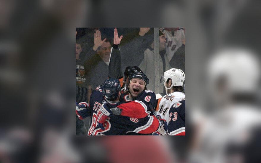 """Darius Kasparaitis (""""Rangers"""") džiaugiasi savo įvarčiu į """"Capitals"""" vartus"""