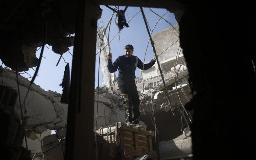 """HRW: Sirijos sukilėliai naudoja įkaitus kaip """"gyvuosius skydus"""""""