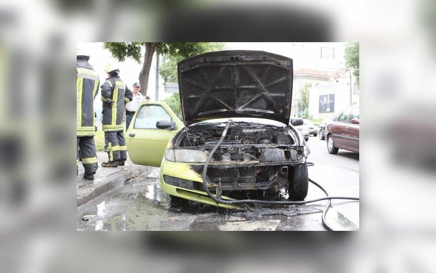 Vilniuje vairuotojai puolė į pagalbą gatvėje užsidegus automobiliui