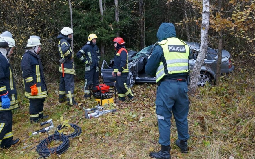 Raseinių rajone per avariją lengvojo automobilio vairuotoją prispaudė nuolaužos