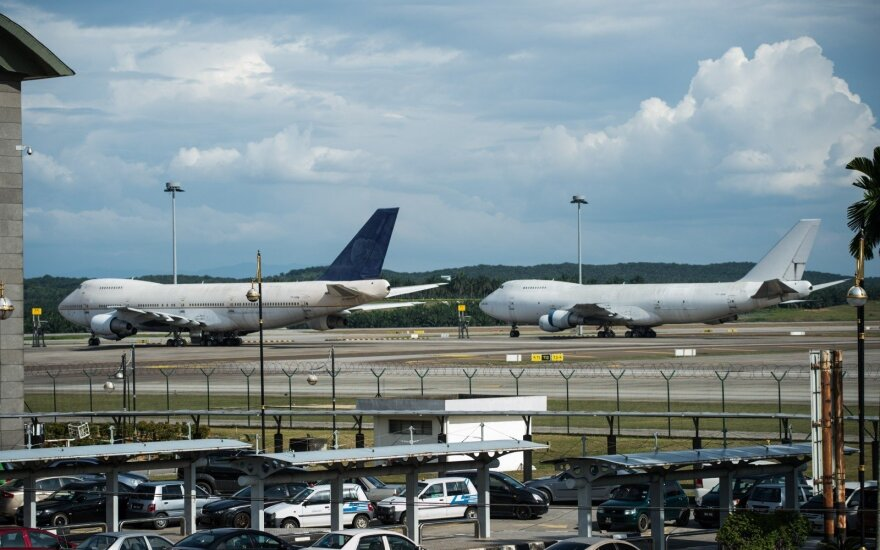 """""""Boeing"""" dėl variklio problemos sustabdė bandomuosius """"737 MAX"""" skrydžius"""