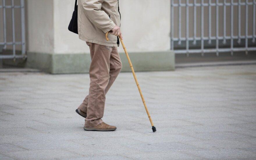 Notarus ir antstolius į pensiją siūloma leisti anksčiau