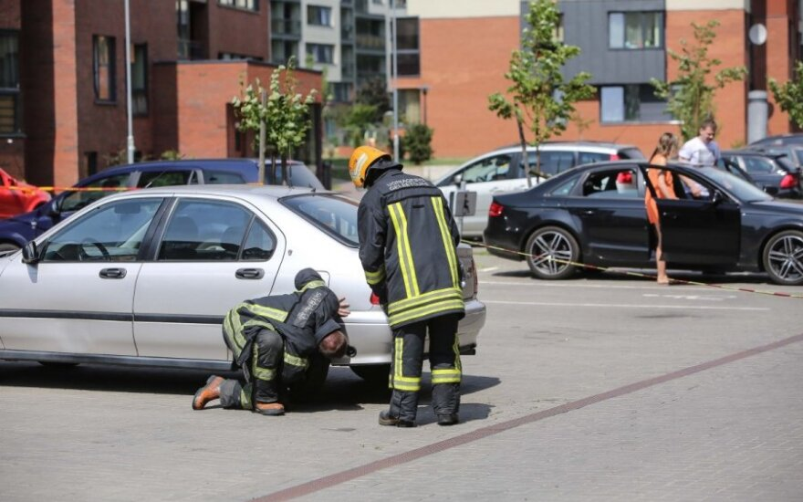 Iš užrakinto automobilio ėmė veržtis dujos, ant kojų sukeltos spec. tarnybos
