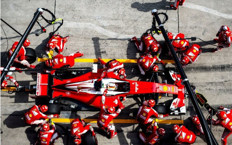 """Ferrari"" automobilis sustojimo metu"
