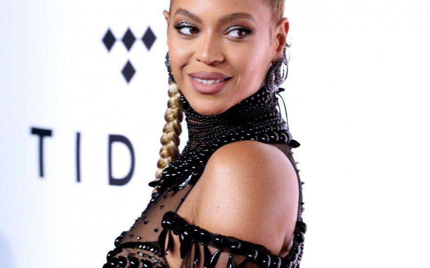 Aptempta suknia išryškino dvynukų besilaukiančios Beyonce gerokai padidėjusį pilvuką: gimdymas - ne už kalnų