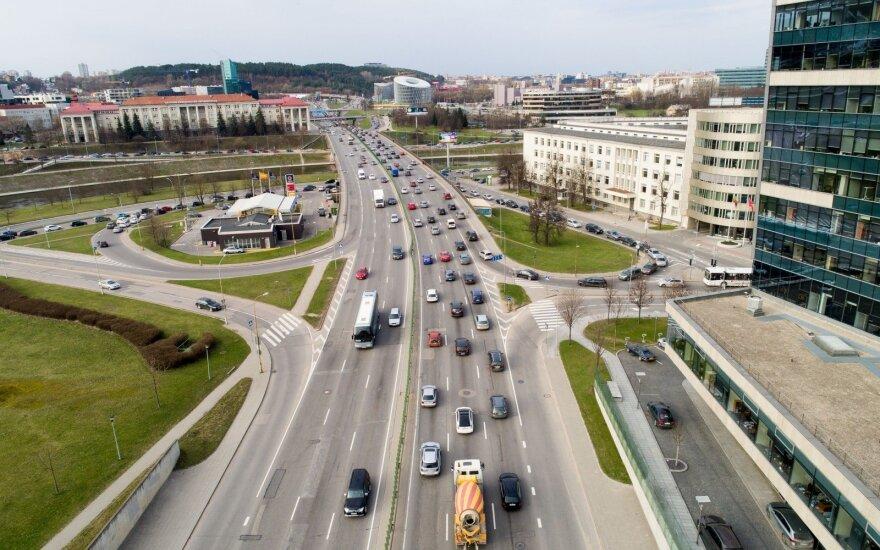 Virš automobilių gamintojų pakibo finansinis vėzdas
