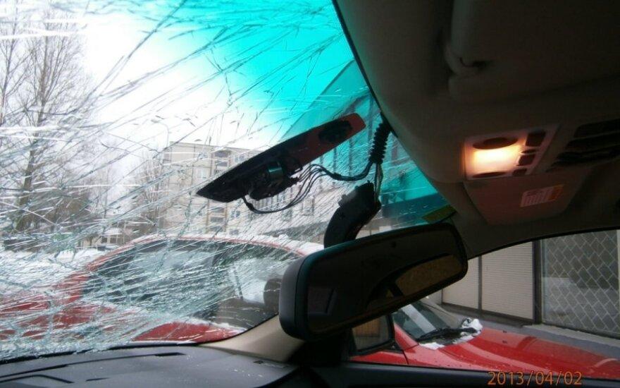 Varveklio apgadintas automobilis