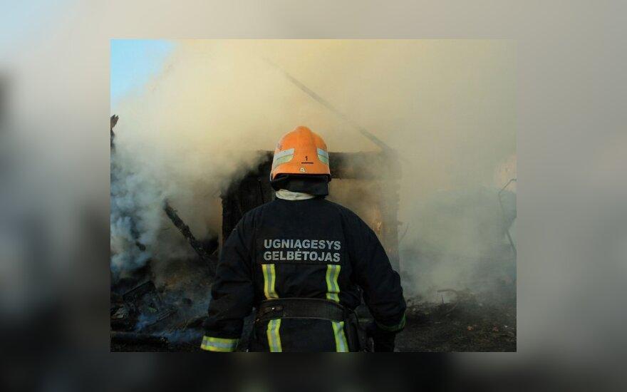 Gesindamas gaisrą Palangoje nukentėjo ugniagesys