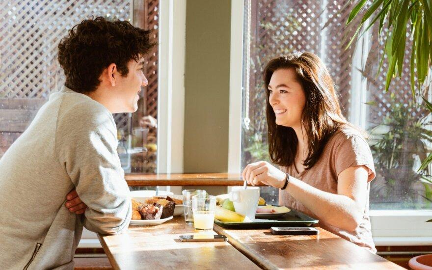 Kokius klausimus reikėtų užduoti per pirmąjį pasimatymą?