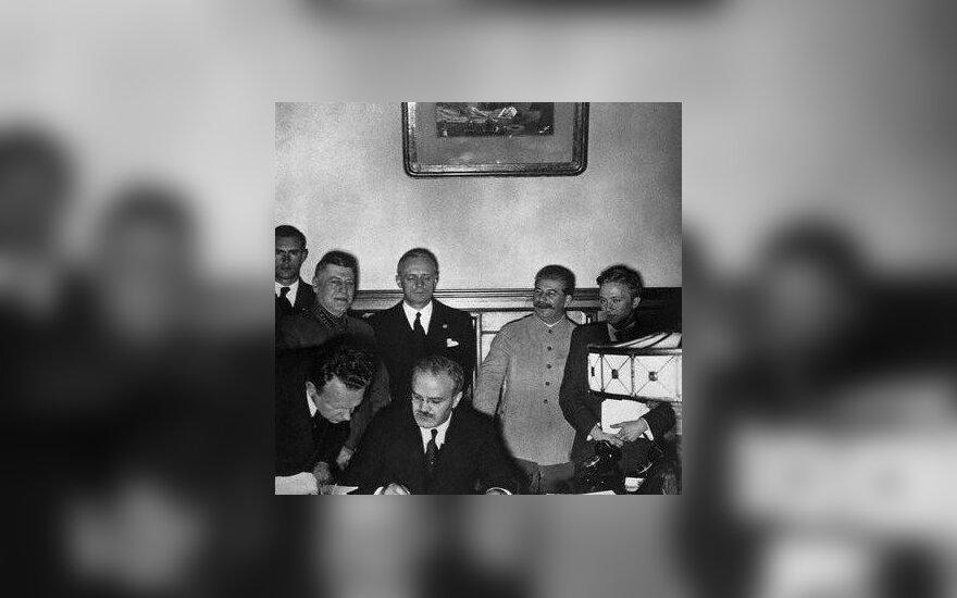 Sovietų Sąjungos užsienio reikalų ministras Viačeslavas Molotovas 1939 m. pasirašo paktą su nacių Vokietija, kurio slaptaisiais protokolais remdamasi Sovietų Sąjunga okupavo Baltijos valstybes. Jį stebi Trečiojo Reicho užsienio reikalų ministras Joachimas