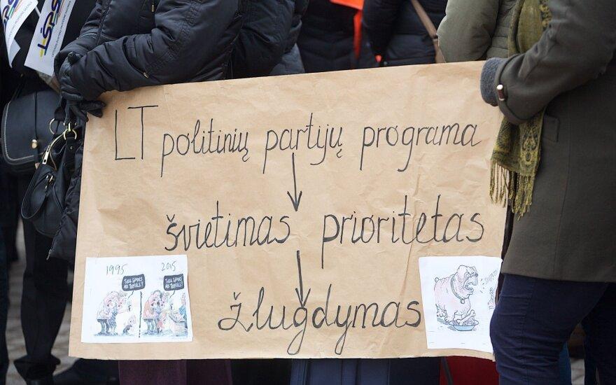 Profsąjungos: dėl etatinio mokytojų darbo apmokėjimo gali pasipilti atleidimai