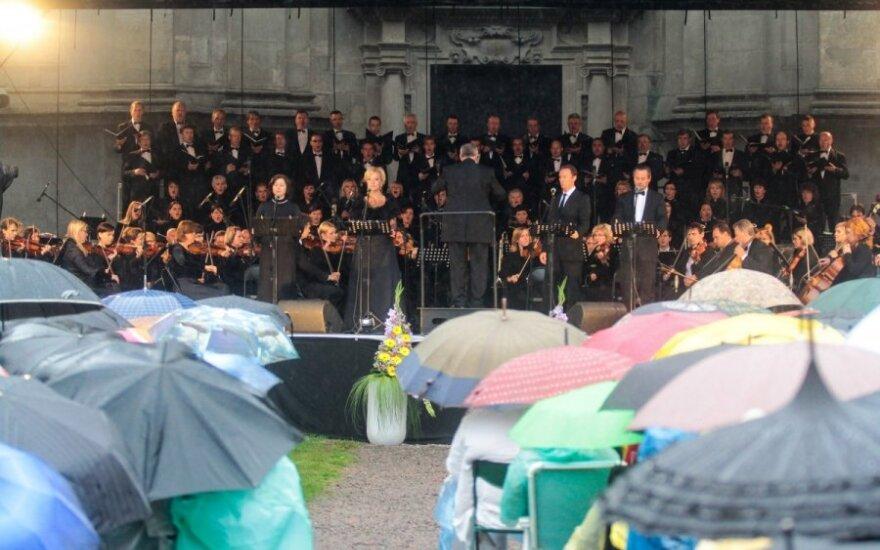 Baigiamasis Pažaislio festivalio koncertas: lietus lankytojų neišbaidė