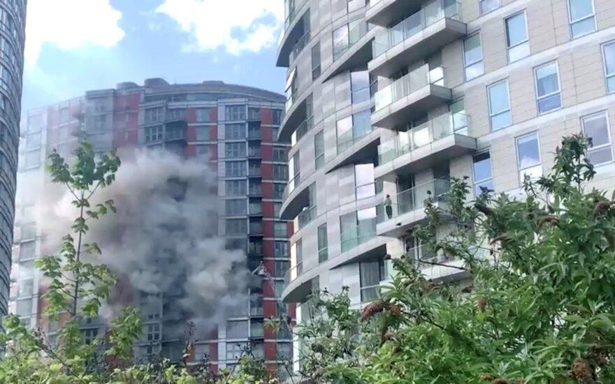 Londono daugiaaukštyje kilo gaisras