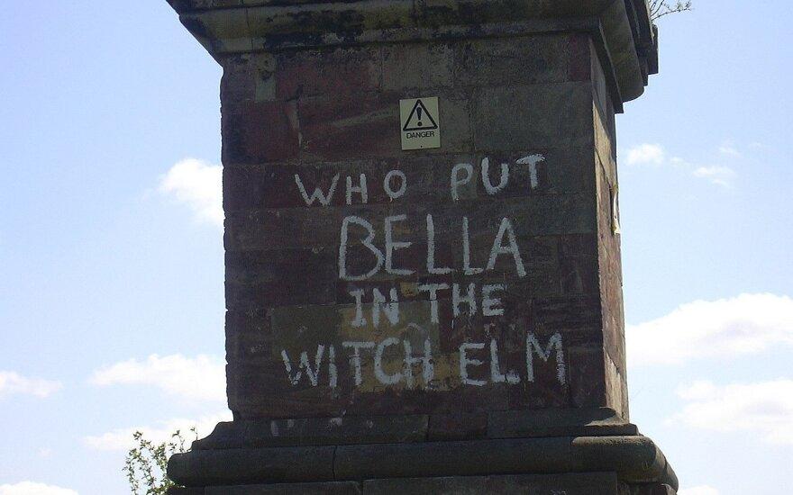 """""""Kas įgrūdo Bellą į kalninę guobą?"""" – vis pasirodantis grafiti."""