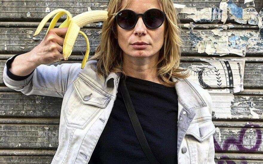 Lenkų aktorė Magdalena Cielecka protestuoja prieš draudimą rodyti vaizdo įrašą, kuriame moteris valgo bananą