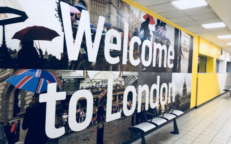 Dėl grįžtančių žiemiškų orų Londone atšaukta daugiau nei 100 skrydžių