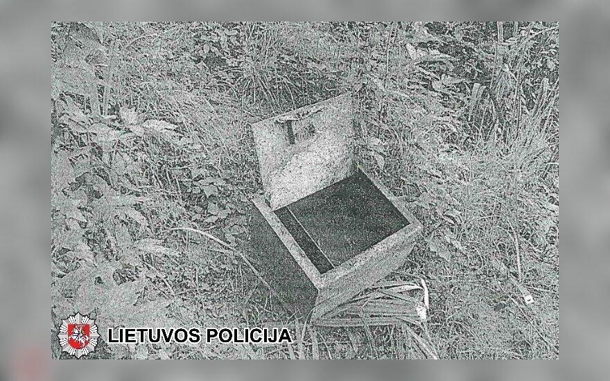 Policija ieško į upę išmesto seifo savininko