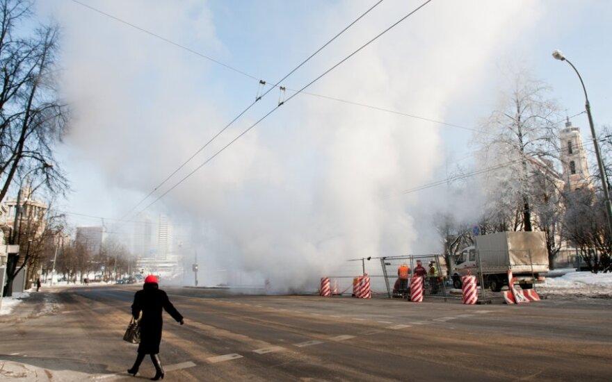 Dėl sprogusios šilumos trasos 27 namai Vilniaus centre lieka be šilumos tiekimo, aiškėja avarijos priežastys