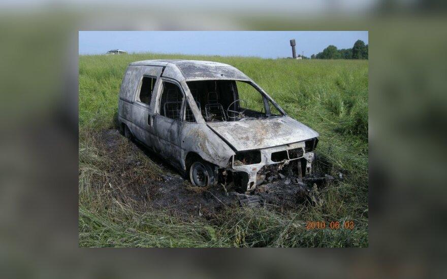 Išvytas sugyventinis ganykloje patykojo draugės, subadė ją peiliu ir sudegino automobilį