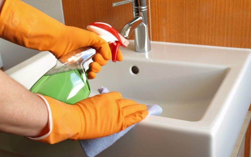 Pamirškite buitinę chemiją: 3 namuose randamos natūralios valymo priemonės