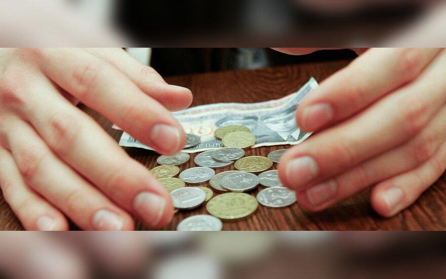 Kai senka pinigai iš paskolų, bankai semia iš paslaugų