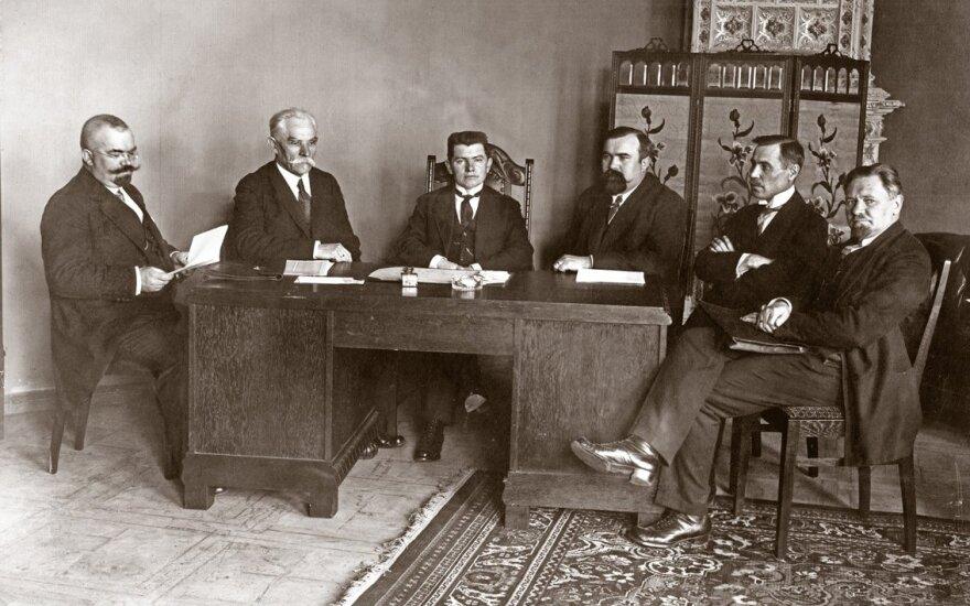 Pirmoji Lietuvos Respublikos vyriausybė Ministro Pirmininko A. Voldemaro darbo kabinete. Iš kairės: J.Yčas, P. Leonas, A. Voldemaras, M. Yčas, J.Tūbelis, V.Stašinskas, Vilnius, 1918m.