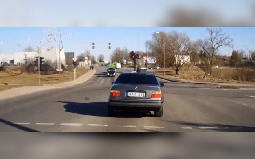 Šiauliuose ant BMW stogo važinėjosi merginos