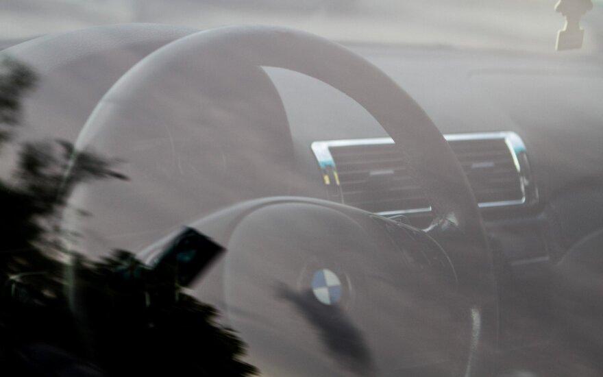 """Sustabdžius """"BMW"""" automobilį, į areštinę uždaryti 2 vaikinai"""