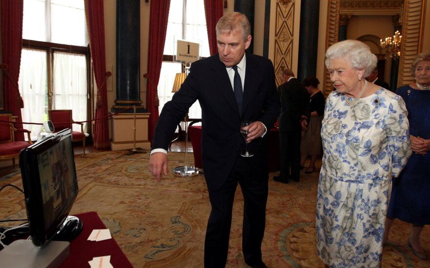 Princas Andrew ir karalienė Elžbieta II
