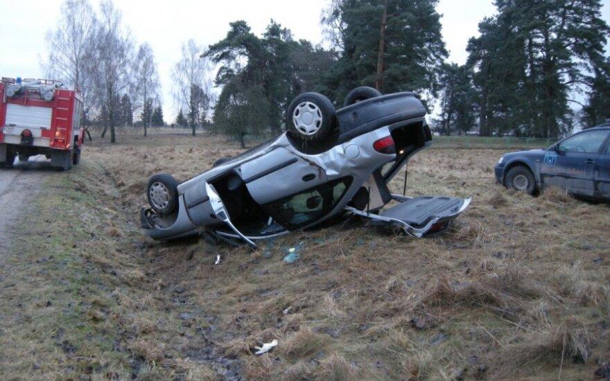Apvirtusio automobilio vairuotojai sužalotas stuburas