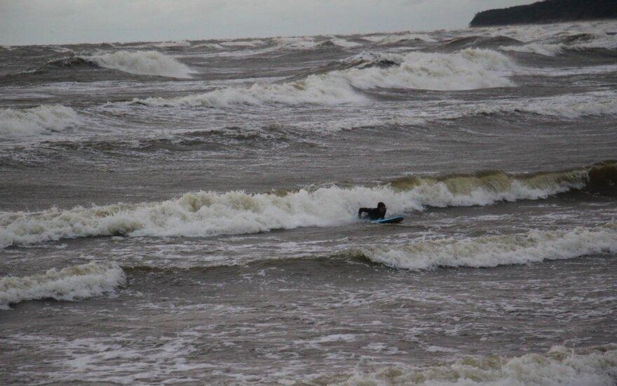 """Gelbėjimo laivas """"Šakiai"""" likviduoja teršalų dėmę Baltijos jūroje"""