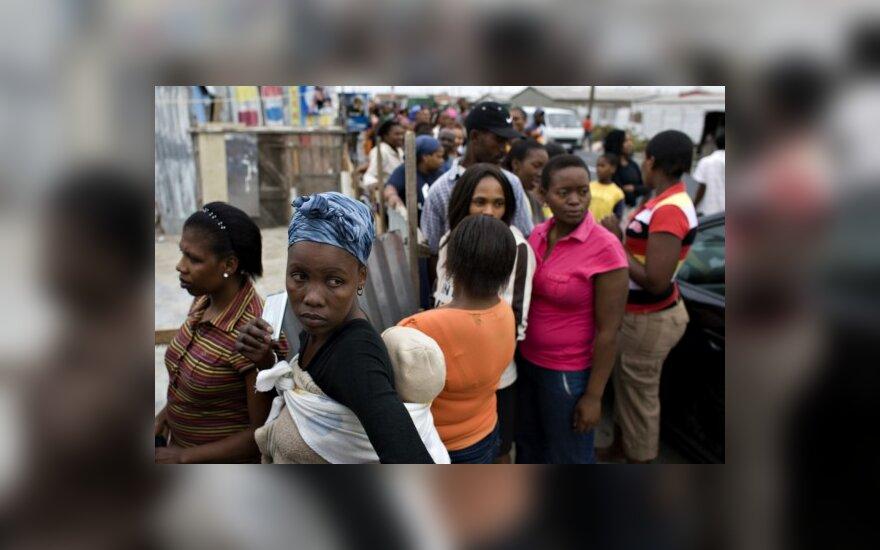 Rinkėjai PAR eilėse prie balsavimo apylinkių stovėjo per naktį