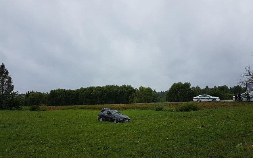 Tragiškas įvykis Vilniaus r.: BMW vairavęs jaunuolis pražudė kelkraštyje stovėjusį vyrą