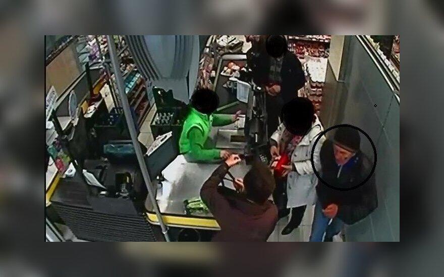 """Kauno policija prašo pagalbos: gal žinote, kas tas """"ištroškęs"""" vyras"""