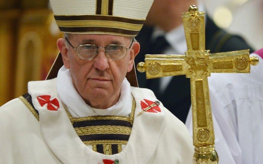 Popiežius pasmerkė sąjungininkus: kodėl nebombardavote į nacių mirties stovyklas vedančių geležinkelių?