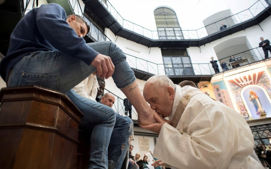 Popiežius Didįjį ketvirtadienį nuplovė kojas 12 kalinių
